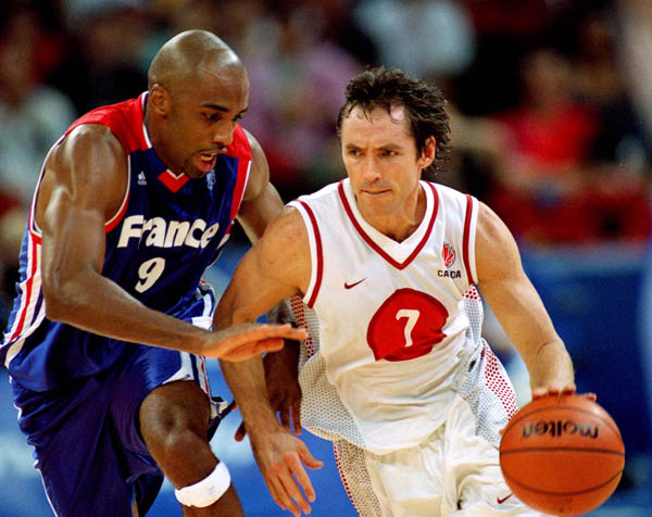 Canada's Steve Nash (7) drives past an opponent from France during basketball action at the 2000 Sydney Olympic Games. (CP Photo/ COA)
