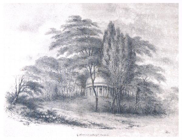 Dessin au crayon de plomb représentant un bâtiment de forme circulaire avec des piliers, situé en haut d'une pente et entouré de plusieurs arbres.