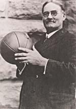 Photo de James Naismith tenant un ballon de basket-ball