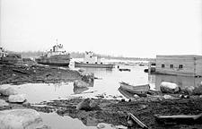 Photo montrant l'inondation survenue en 1951 au port de Hay River, dans les Territoires du Nord-Ouest, 1951
