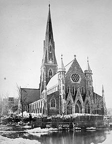 Photo montrant une rue inondée devant la cathédrale Christ Church, à Montréal, entre 1870 et 1880