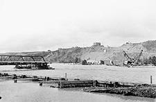Photo montrant le pont de la rue Centre, à Calgary, dont la moitié a été emportée par l'inondation de 1915