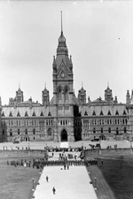 Photograph of the ceremonial closing of Parliament on the grounds in front of the Centre Block, 1914