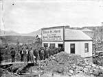 Photo représentant des hommes faisant la queue pour obtenir du travail au bureau de David H. Hays, de la Grand Trunk Pacific Town Development Co. Ltd., en juin 1908