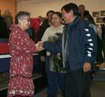 Photo : Le maire d'Iqaluit, Jimmy Kilabuk, félicite la première commissaire du Nunavut, Helen Maksagak, lors de la cérémonie d'assermentation du 31 mars 1999