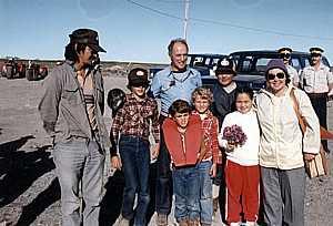 Photo : Le député de Nunatsiaq, Peter Ittinuar, en compagnie de membres de sa famille ainsi que de Pierre Trudeau et de ses trois fils, à l'aéroport de Rankin Inlet, en 1983