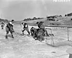 Photo montrant le match de championnat de hockey opposant l'équipe du 1er bataillon du Princess Patricia's Canadian Light Infantry à celle du 2e bataillon du Royal 22e Régiment, aux Imjin Gardens, sur la ligne de front en Corée, le 11 mars 1952