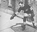 Photo de Joe Hall en tenue  de hockey, en 1917