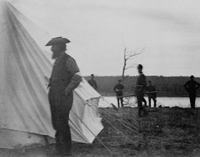 Photographie de Louis Riel maintenu sous garde au camp du major-général F.D. Middleton.