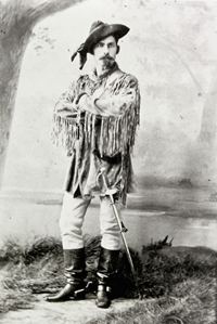 Photographie de James M. Walsh en tenue de style western, avant 1884.