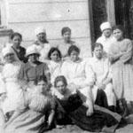Groupe de 16 femmes dans leurs vêtements de travail