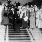 L'impératrice-mère Maria Fedorovna, les princesses Olga et Tatiana et les grandes-duchesses Cyrille et Maria Pavlowa, à l'inauguration de l'hôpital anglo-russe au Dmitri Palace