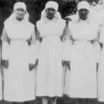 Cinq femmes en uniforme debout dans un champ.