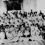 Un grand groupe d'infirmières, des soldats, des membres de la famille royale, et le personnel de l'hôpital se sont réunis pour une photo officielle.