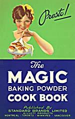 Couverture du livre de cuisine THE MAGIC BAKING POWDER COOK BOOK, illustrée d'une femme portant une assiette remplie de petits gâteaux à côté de laquelle se trouve le mot PRESTO!