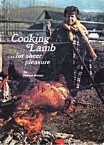 Couverture du livre de cuisine COOKING LAMB… FOR SHEER PLEASURE sur laquelle on peut voir Madame Benoit devant un méchoui