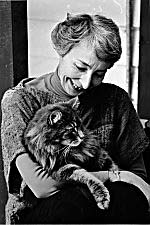 Photo de Phyllis Webb avec un chat.