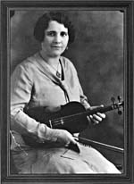 Photo de Mary Bolduc assise, tenant son violon