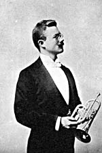 Photo d'Herbert L. Clarke tenant un cornet à pistons