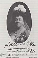 Photo d'Emma Albani portant la croix de perles que lui a donnée la reine Victoria