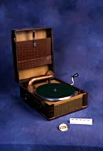 Photograph of the portable phonograph Sni-Dor 31, circa 1941 (Peter Lindell/CSTM; 1983.0283)