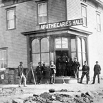 Photo d'un groupe d'hommes devant un édifice appelé APOTHECARIES HALL, à Brandon (Manitoba), 1892