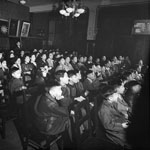 Photo d'un group d'enfants canadiens chinois en train de regarder un film de l'Office national du film dans une grande salle, à Vancouver (Colombie-Britannique), en 1945